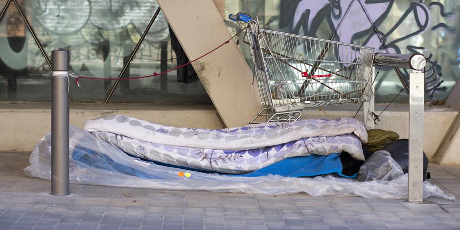Desallotjar les persones que dormen al carrer només trasllada el problema