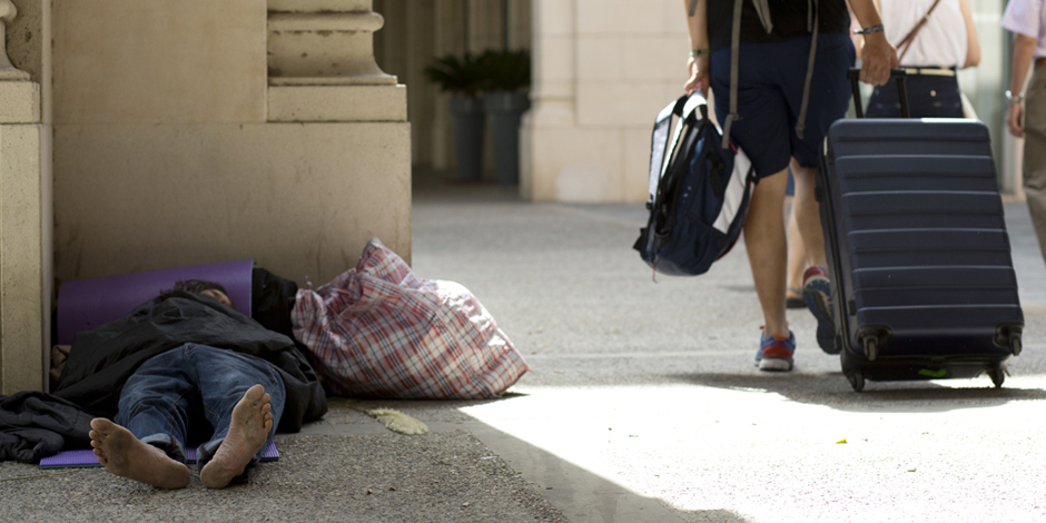 Faci fred o calor, cal mirar més enllà dels plans d'emergència per a les persones sense llar